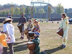 L'ambiance était festive : des percussions, du soleil, devant le parc du château...
