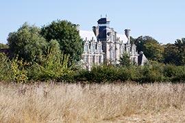 Le château de Beaumesnil, érigé entre 1633 et 1640, et au carrefour des styles renaissance et florentin, avec des influences hollandaises. Réalisé en briques et en pierres, il est surmonté d'un magnifique lanternon, où 2 feux signalaient pendant la nuit l'emplacement du château dans les alentours.