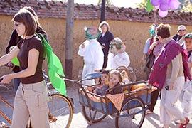 Les enfants se promènent dans les attelages les plus variés. Les véhicules étaient aussi déguisés...
