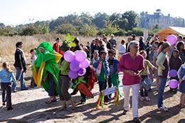 Au fond, derrière la foule joyeuse, se dresse le splendide château de Beaumesnil