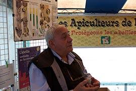 Au stand des apiculteurs de Normandie, on découvrira des ruches, la vie des abeilles, les dangers qui les menacent... Les apiculteurs sont d'intarissables passionnés de ces petites merveilles d'1/2 gramme que sont les abeilles. Et la passion se transmet !