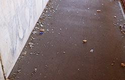 parmi les piétons, il y a les enfants qui vont à l'école. Imaginez que l'un d'eux vienne à tomber sur les débris de verre qui jonchent le sol...