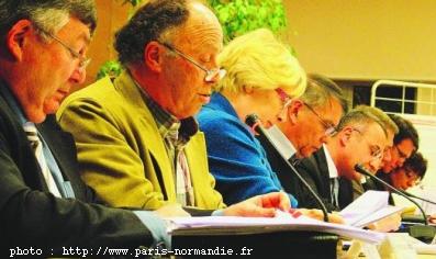 CASE : Patrick Madroux, rapporteur des budgets de la CASE, propose de dégager une enveloppe pour les petites communes. Les maires des petites communes ne sont pas entrées dans le débat. source:paris-normandie