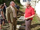 inauguration de l'ENR - Philippe Carré est fier du jardin. Il peut. Merci à Dominique et Gérard et Patrick Chemin pour la réalisation.
