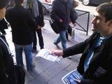 Benjamin distribue des tracts dans les lycées en faveur de la réforme des retraites.