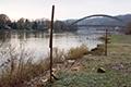 A titre d'exemple, mais c'est symptomatique, ce fil à linge se trouvait dans le jardin de M. Lamot il y a 10 ans. Il est désormais au bord de l'eau, et si l'on ne fait rien, l'an prochain il risque d'être détruit, et le cadavre de fer finira par rouiller dans le lit du fleuve.