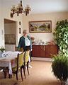 Les résidents disposent leurs mobilier et objets personnels, disposent souvent d'une petite terrasse ou d'un jardinet, et sont libres de recevoir dans leurs logement leurs familles et amis. source : www.marpa.fr
