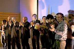 Tout le monde est présent sur scène pour le clap de fin de cette soirée. Avec Estelle Grelier et Leslie Cléret, nous n'étions que trois femmes seulement au milieu d'une assemblée de beaucoup d'hommes. Mais ceci aussi viendra à s'équilibrer dans l'avenir...
