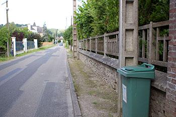 Un trottoir à poteaux...